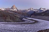 Morgendämmerung in den Schweizer Alpen mit Matterhorn bei Zermatt, Wallis, Schweiz
