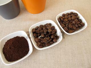 Geröstete Arabica Kaffeebohnen und gemahlener Kaffee