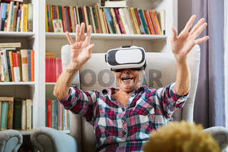 Glückliche Senior Frau mit Virtual Reality Brille