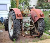 ein alter abgestellter Traktor aus der DDR