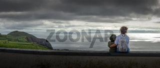 Panorama einer schönen Landschaft mit Mutter und Kind im Vordergrund bei wolkigem Wetter