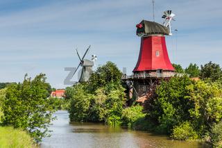 Die Greetsieler Zwillingsmuehlen, Nordsee, Ostfriesland, Niedersachsen, Deutschland