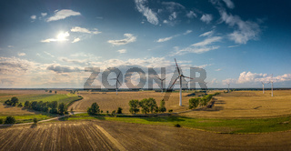 Panorama einer schönen Landschaft mit Windrädern bei gutem Wetter