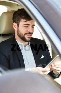Geschäftsmann liest Nachricht auf dem Tablet