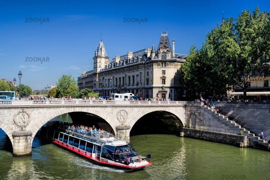 Stadtbild von Paris mit der Pont Saint Michel, Frankreich