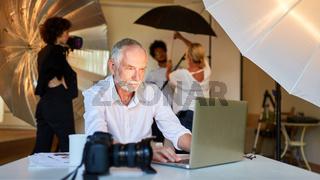 Fotograf bearbeitet Bilder am Laptop Computer