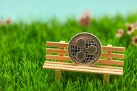 Ripple Münze auf Bank im Gras