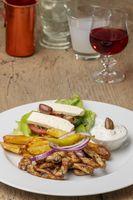 griechisches Gyros auf einem Teller mit Pommes