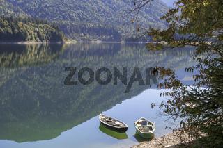 Herbstliches Stimmungsbild, Ruderboote am Ufer des Sylvenstein-Stausees