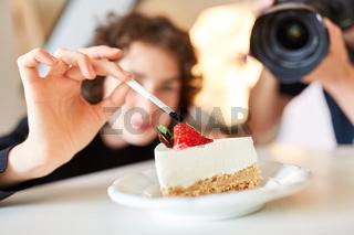 Stylistin mit Pinsel und Kuchen beim Food Styling