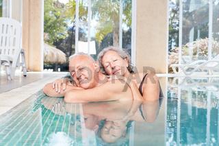 Senioren Paar entspannt sich im Pool