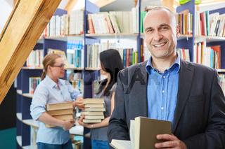 Leser oder Dozent mit Buch in Bibliothek