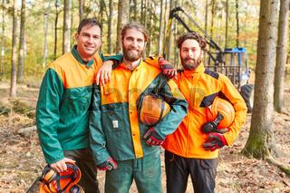Waldarbeiter oder Holzfäller als stolzes Team