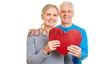 Paar Senioren mit Herz am Valentinstag