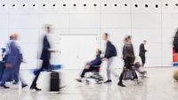 Person im Rollstuhl in Menschenmenge als Inklusion Konzept