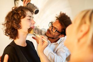 Make-Up Artist und Visagist schminken Fotomodell