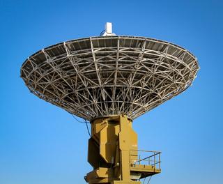 Radarschüsel auf einem Flugplatz