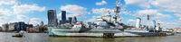 Kriegsschiff vor der Skyline der City of London