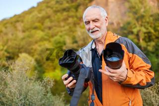 Professioneller Fotograf mit verschiedenen Objektiven