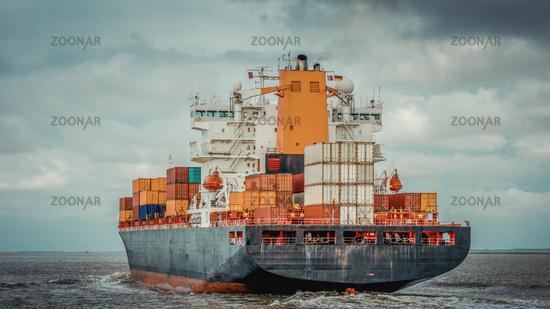 Containerschiff von hinten auf dem Weg zur Nordsee