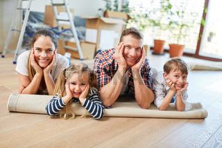 Eltern und Kinder ruhen sich aus nach dem Umzug