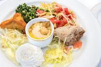 Arabischer Mezzeteller mit unterschiedlichen vegetarischen Vorspeisen