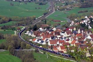 Auto-Gueterzug bei Pommelsbrunn (Ortsteil Hohenstadt), Mittelfranken, Bayern