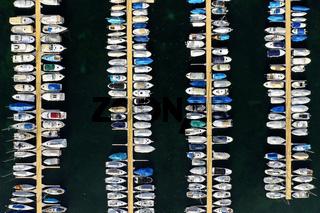 Boote am Ankerplatz in einem Yachthafen am Genfersee,  Rolle, Waadt, Schweiz