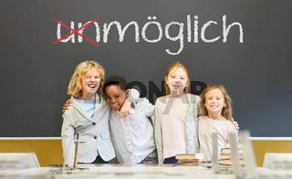 Schüler vor Erfolg und Motivation Konzept an Tafel