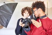 Fotograf und Fotoassistent mit Spiegelreflexkamera