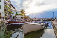 Fischerboote im Hafen von Limone am Gardasee bei Sonnenaufgang, Brescia, Lombardei, Italien