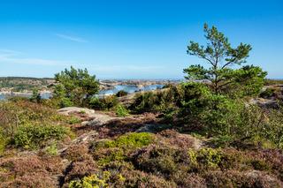 Blick auf die Schäreninseln vor der Stadt Fjällbacka in Schweden