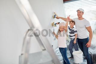 Kinder haben Spaß beim Malern mit dem Vater