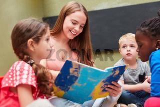 Kinder und Erzieherin beim Vorlesen