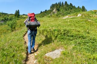 Mann wandert auf Wanderweg in den Alpen