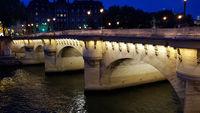 Die Seine-Brücke Pont Neuf in Paris bei Nacht