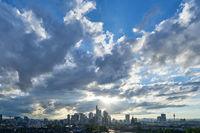 Frankfurt am Main Skyline abends vor Wolken am Himmel