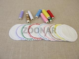Selbst genähte, bunte, wiederverwendbare, waschbare Kosmetik-Pads aus Baumwolle