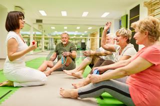 Physiotherapeutin gibt Senioren Anleitung zum Training