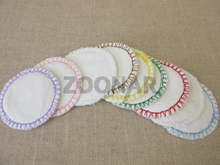 Selbst genähte, wiederverwendbare, waschbare Kosmetik-Pads aus Baumwolle für die Gesichtsreinigung