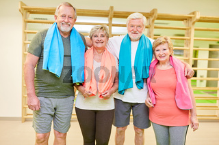 Gruppe Senioren als Freunde in der Turnhalle