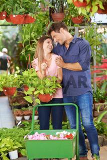 Paar kauft Pflanzen im Gartencenter