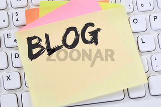 Blog schreiben Blogger online im Internet Computer Business Konzept Notizzettel