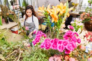 Floristin in Ausbildung beim Blumen binden