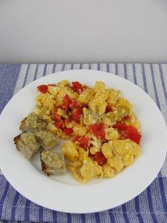 Rührei mit roter Paprika und Brot mit selbstgemachter Olivenpaste