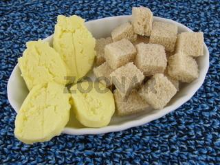 Frische leckere selbstgemachte Butter mit Brotwürfeln