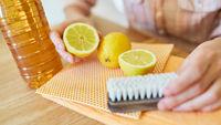 Zitronen und Essig für ein biologisches Putzmittel