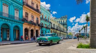 Amerikanische Oldtimer auf der Hauptstrasse in Havanna Kuba - Serie Kuba Reportage