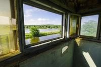 Ausblick aus ehemaligem Wachturm an der Elbe bei Lenzen, Brandenburg, Deutschland