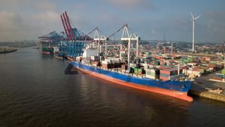 Container-Terminal mit Schiffen im Hafen von Hamburg bei Sonnenaufgang